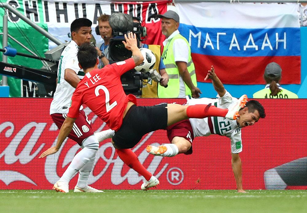 México 2 x 1 Coreia do Sul - Jesus Galhardo e Lee Yong disputam a bola na partida em Rostov