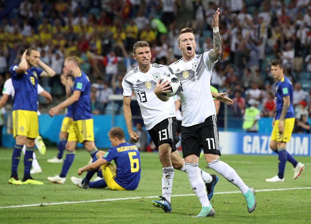 Alemanha x Suécia - Marco Reus comemora o gol de empate da Alemanha ao lado de Thomas Muller