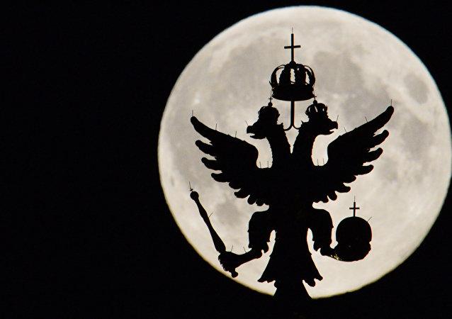 Silhueta do escudo da Rússia no Kremlin com Lua no fundo