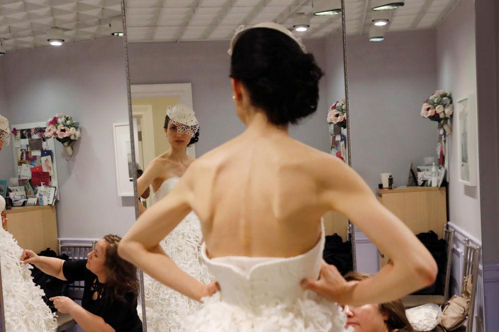 Modelo se prepara para sair ao palco durante o 14º Concurso Anual de Vestidos de Noiva de Papel Higiênico em Nova York