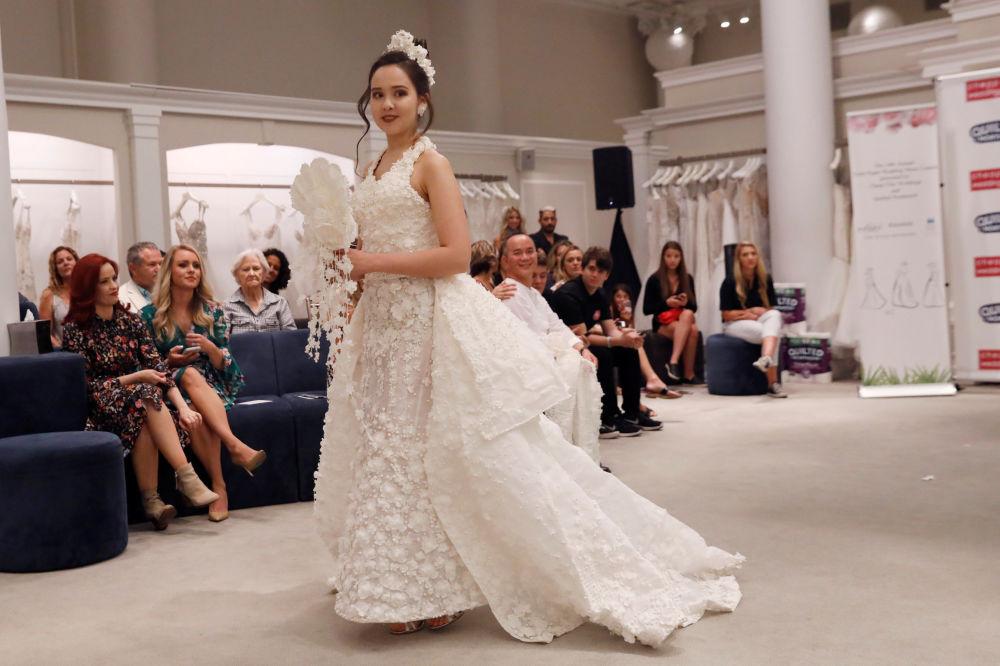 Modelo apresenta sua criação durante o 14º Concurso Anual de Vestidos de Noiva de Papel Higiênico em Nova York
