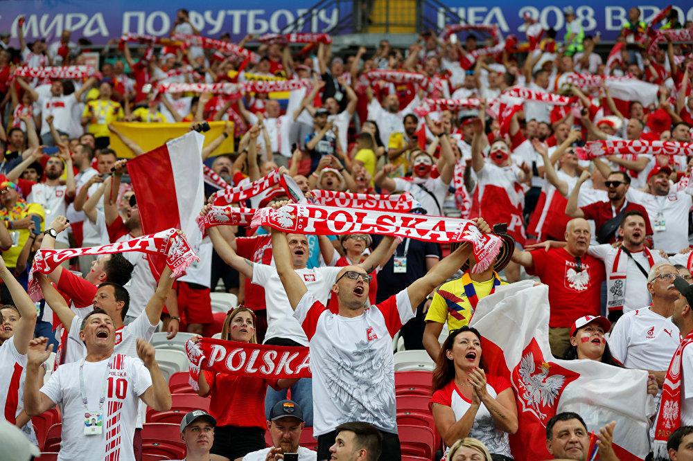 Torcedores poloneses fazem a festa em partida do Grupo H contra a Colômbia