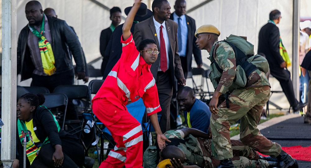 Equipes médicas atendem feridos em explosão durante comício Emmerson Mnangagwa, em Bulawayono, no Zimbábue.