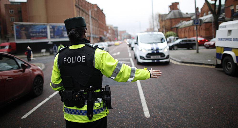 Uma agente da polícia controlando o trânsito em uma das estradas na Irlanda do Norte (foto de arquivo)