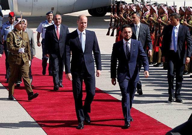 Príncipe William ao lado do príncipe Hussein bin Abdullah II, da Jordânia, na primeira parte de sua visita