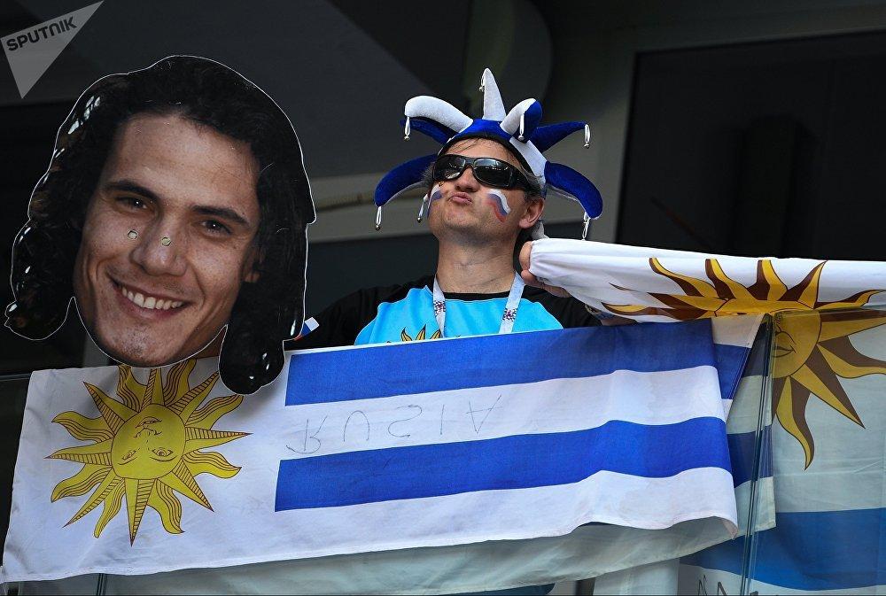 Torcedor do Uruguai exibe imagem do atacante uruguaio Edinson Cavani, autor de um dos gols da vitória por 3 a 0 sobre a Rússia em Samara