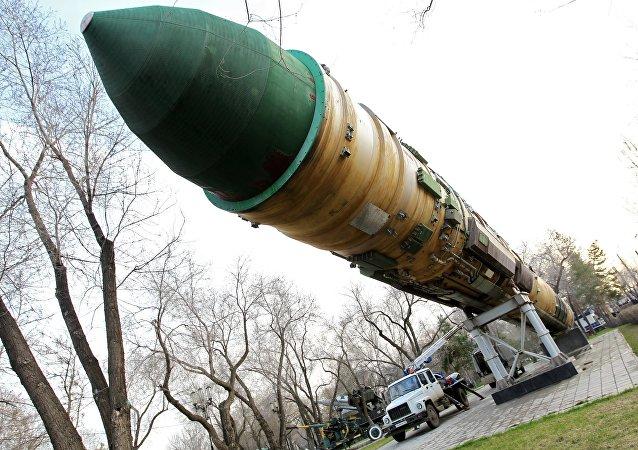 Míssil balístico intercontinental RS-20 em um parque em Orenburgo
