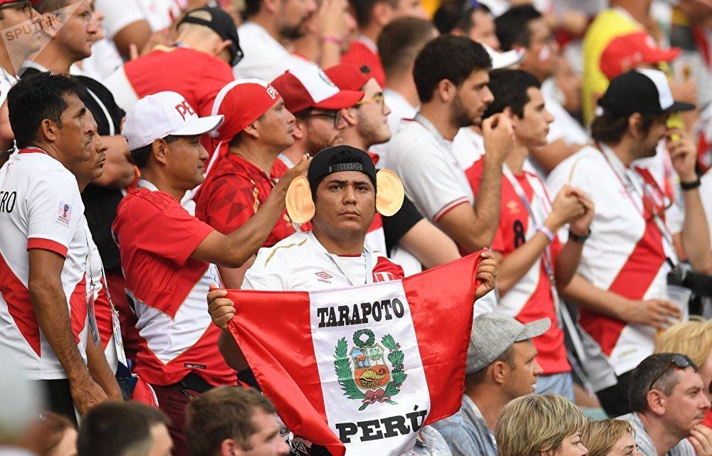 Torcedores peruanos assistem à vitória do Peru sobre a Austrália em Sochi