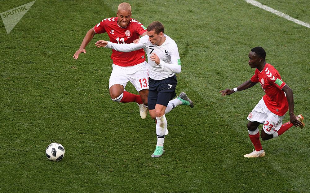 Atacante francês Antoine Griezmann partindo com a bola durante o jogo contra a Dinamarca em Moscou