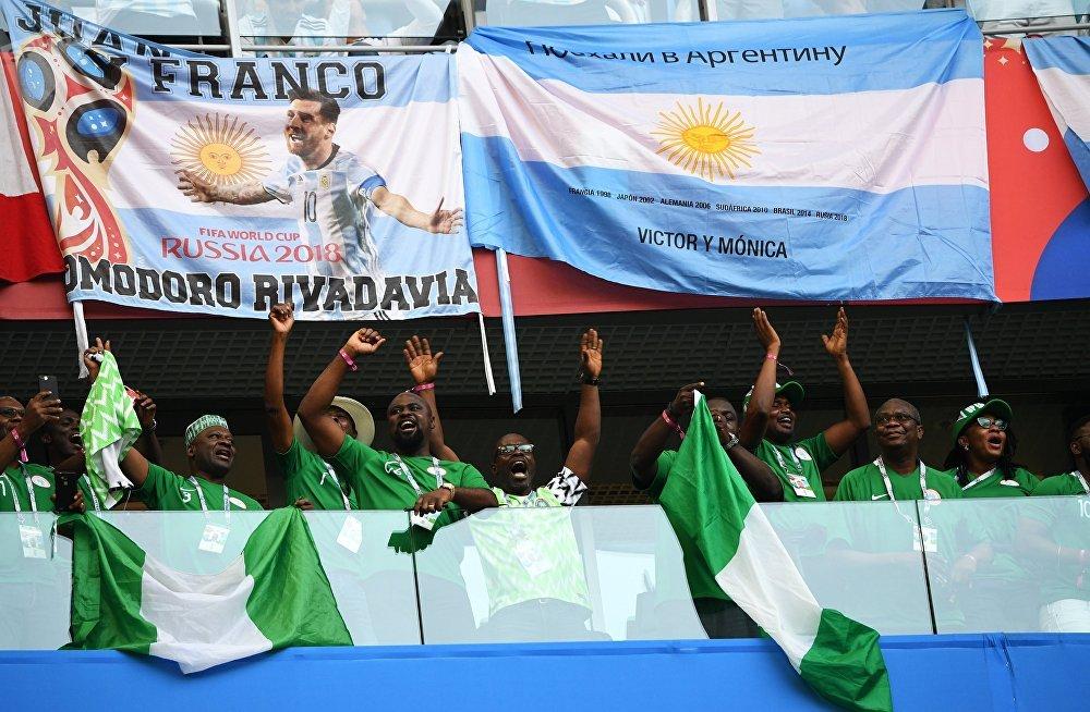 Nigerianos torcendo pela possível classificação de sua seleção para a próxima fase do Mundial