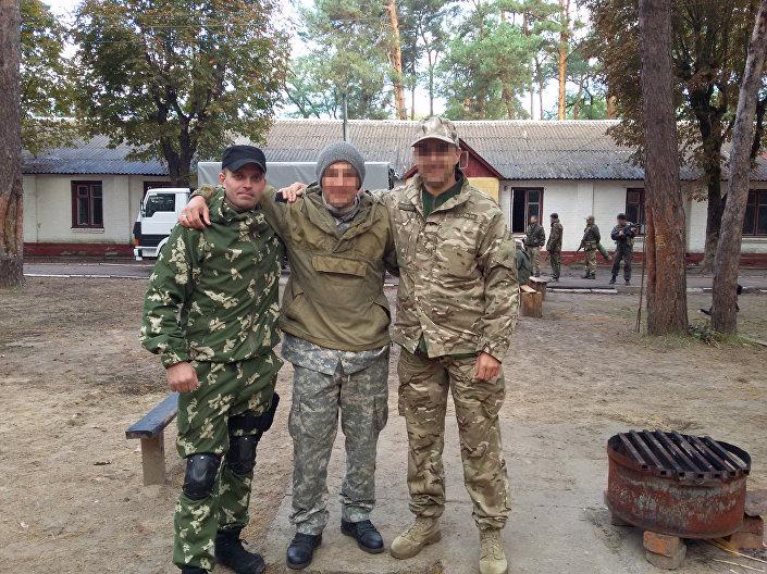 Mobilização para os exercícios militares da unidade 3066 (Batalhão Kulchitsky). Sergei Sanovsky à esquerda