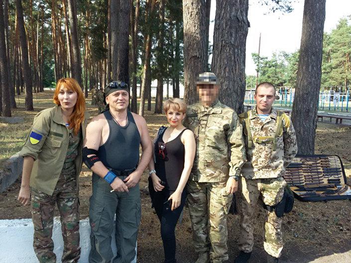 Polígono da Guarda Nacional, treinamento dedicado à memória do coronel do Departamento Principal de Inteligência das Forças Armadas da Ucrânia, Vyacheslav Galva. Da esquerda à direita: Irina Rubenstein, Andrei Lisogor, voluntária Irina e Sergei Sanovsky