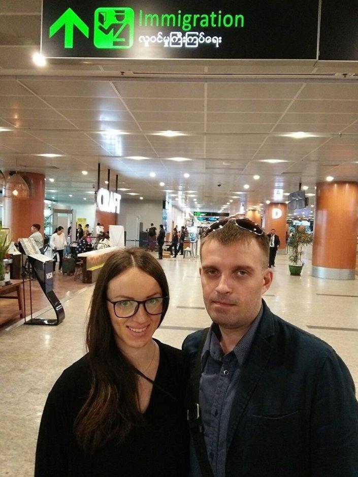 Sergei Sanovsky e sua esposa Tatiana no aeroporto de Bangkok