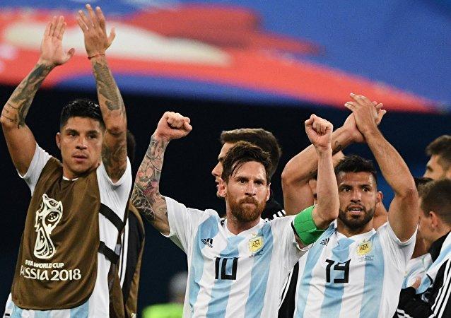 Lionel Messi liderou a Argentina no emocionante confronto com a Nigéria nesta terça-feira, em São Petersburgo