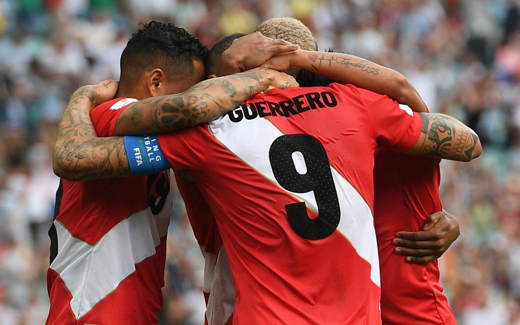 Paolo Guerrero e companhia comemoram gol do Peru sobre a Austrália em Sochi