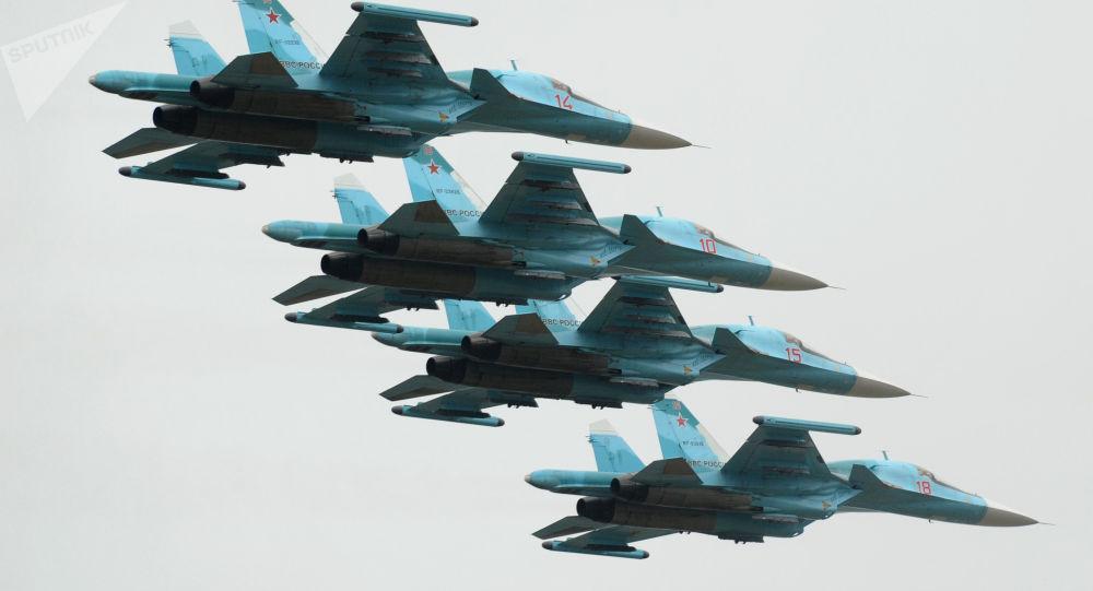 Aeronaves Su-34 durante a festa de aviação esportiva, na cidade russa de Rostov-no-Don, dedicada ao 75º aniversário da criação do 4º exército da Força Aérea e Defesa Antiaérea