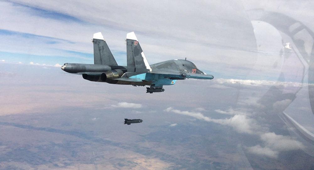 Caça-bombardeiro Su-34 efetuando ataques aéreos nas províncias de Raqqa e Aleppo (foto de arquivo)