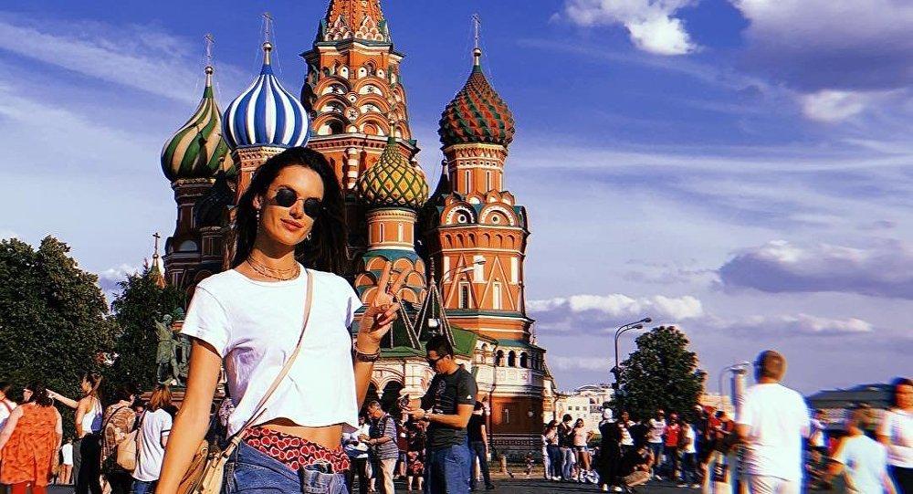 6cd33dccb0 Alessandra Ambrósio chega a Moscou para apoiar Seleção canarinho (FOTOS)