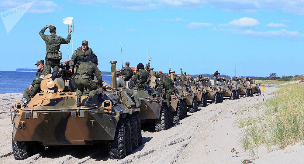 Veículos blindados de transporte de pessoal BTR-80 durante os exercícios conjuntos da Rússia e Bielorrússia 'Escudo da União'