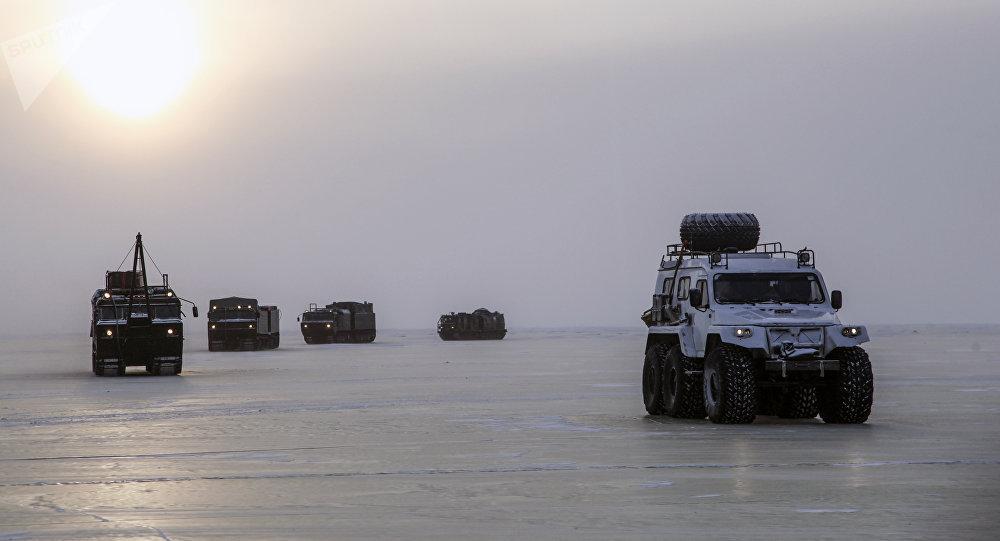 Veículos especiais durante os testes de novos armamentos e equipamento militar nas condições do Ártico