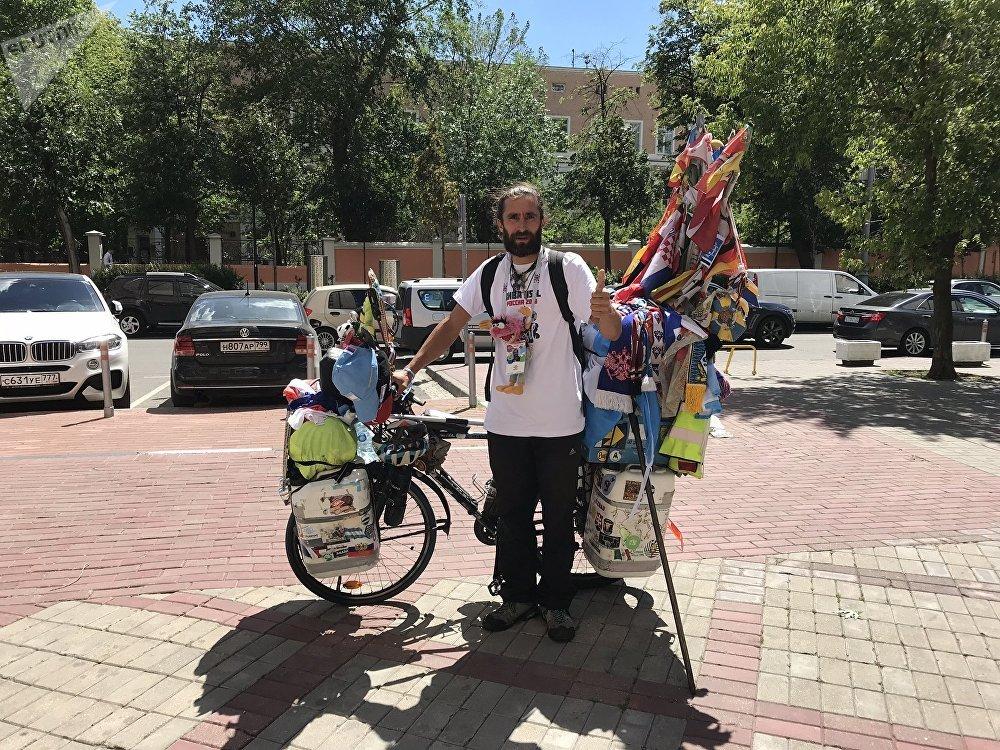 Matyas com sua bicicleta, que pesa 90 quilos