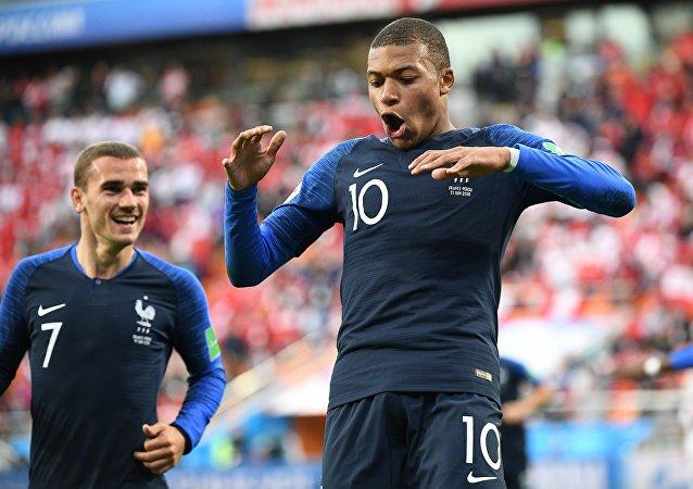Kylian Mbappé, um dos maiores destaques do Mundial da Rússia, comemora com Antoine Griezmann após marcar na vitória da França por 1 a 0 sobre o Peru