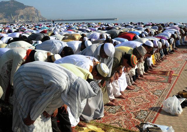 Muçulmanos participando de uma oração em conjunto