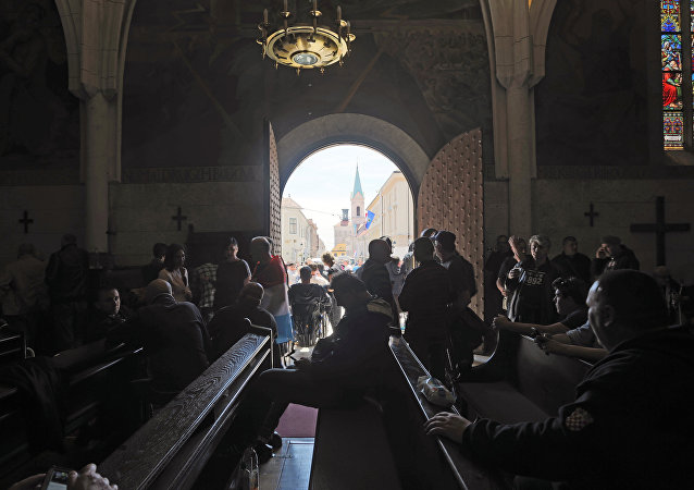 Veteranos da guerra de independência da Croácia buscam refúgio em igreja após confrontos com a polícia durante protesto por melhores condições de vida