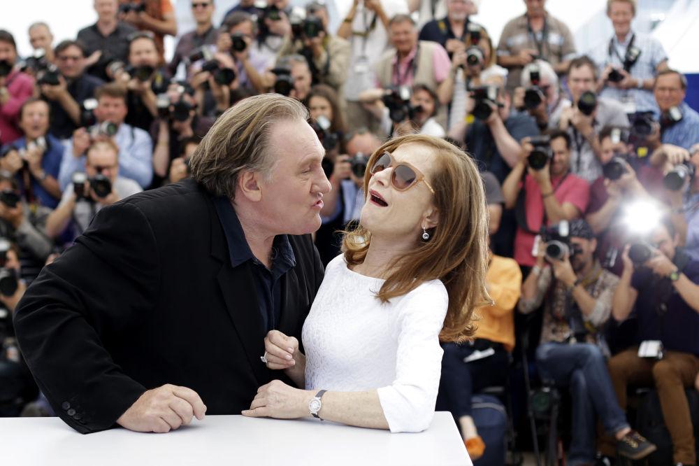 Atores franceses Gérard Depardieu e Isabelle Huppert durante uma sessão fotográfica no 68 Festival Internacional de Cinema em Cannes, França, em 22 de maio de 2015.
