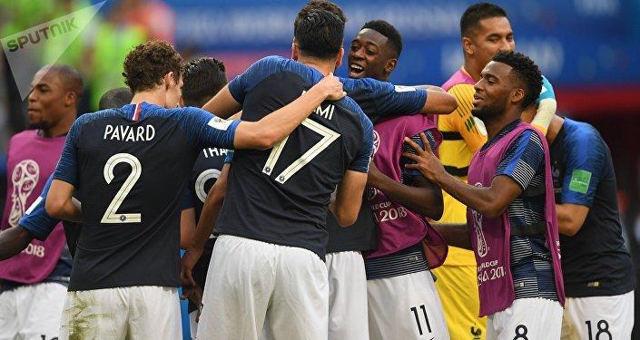 Seleção francesa comemora após vencer a Argentina nas oitavas de final da Copa do Mundo