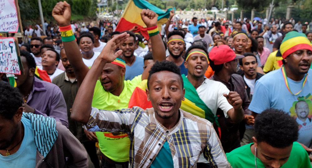 Etíopes entoam slogans durante uma manifestação em apoio ao novo primeiro-ministro Abiy Ahmed em Addis Abeba