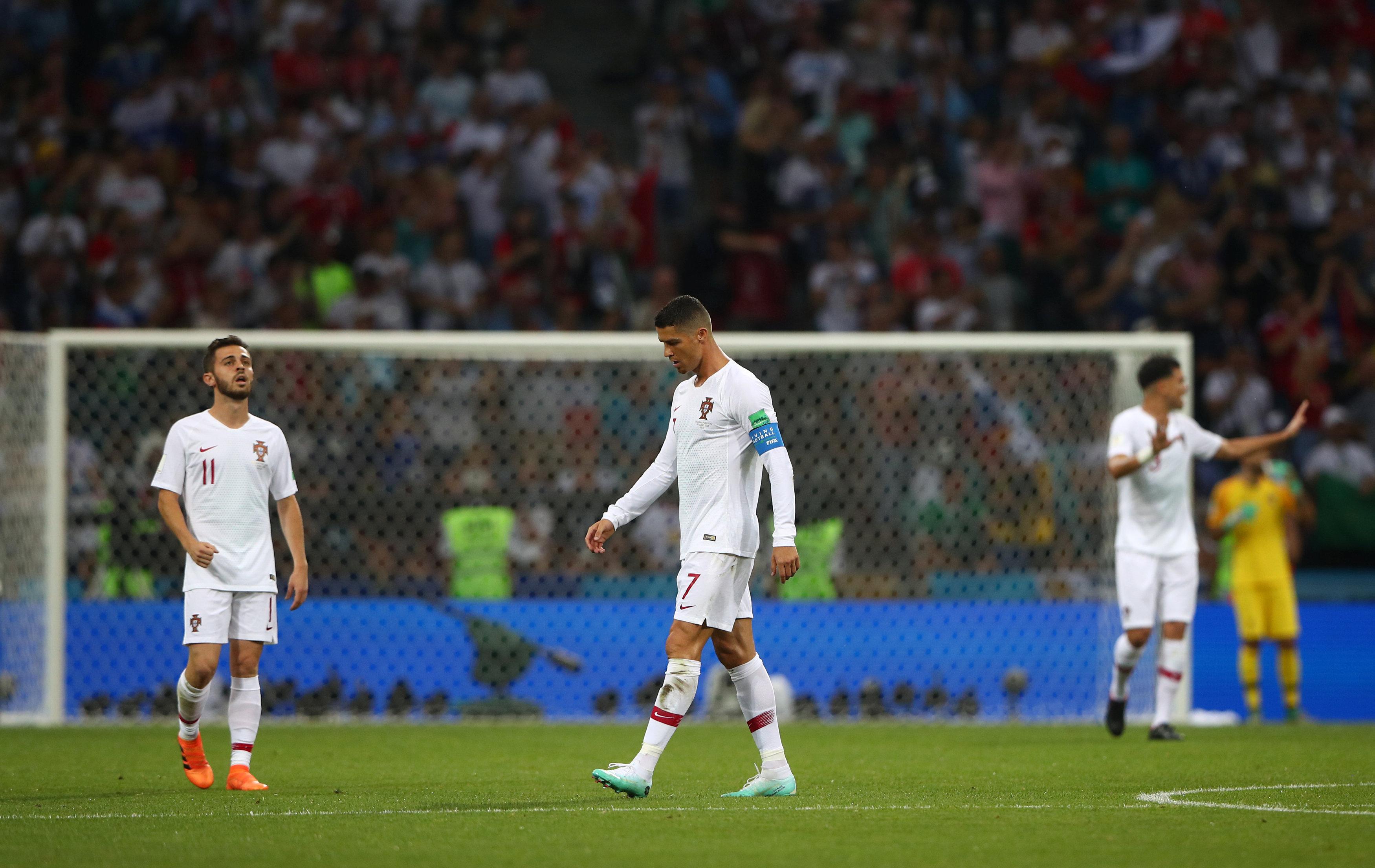 Crisitano Ronaldo preocupado após Portugal tomar gol.