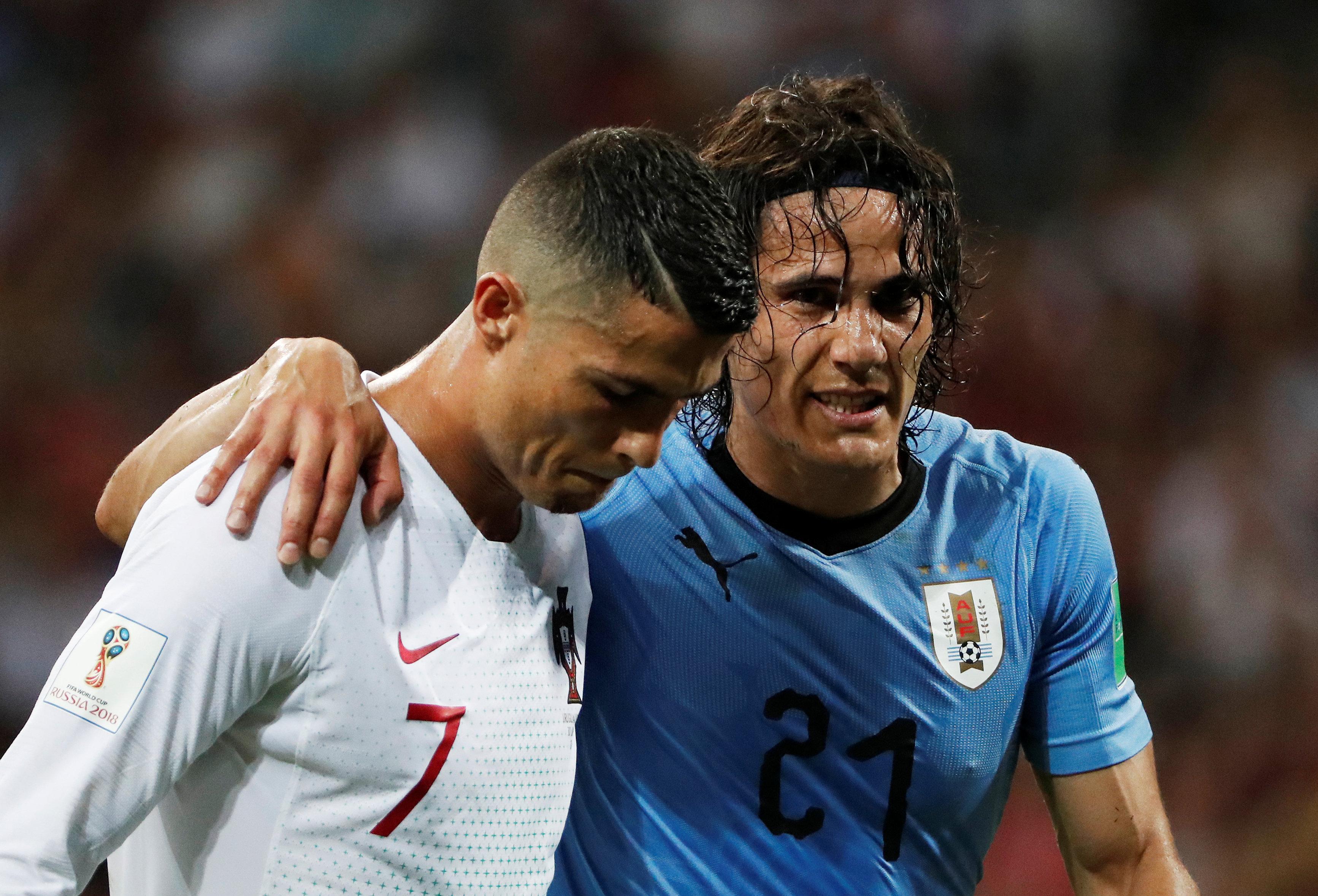 Cavani deixa o campo amparado por Cristiano Ronaldo.