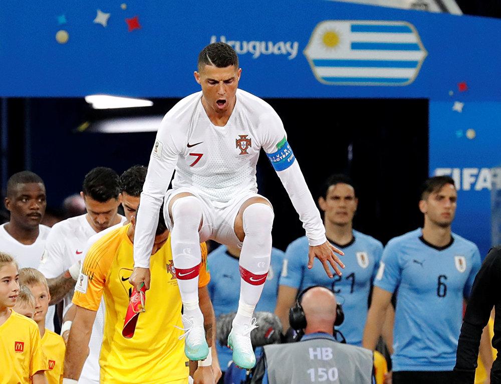 Cristiano Ronaldo entrando em campo para partida contra o Uruguai.