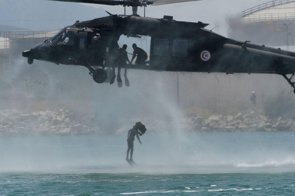 Força Aérea da Tunísia participa de manobras, treinando uma intervenção militar no porto de Halq al-Wadi, Tunísia