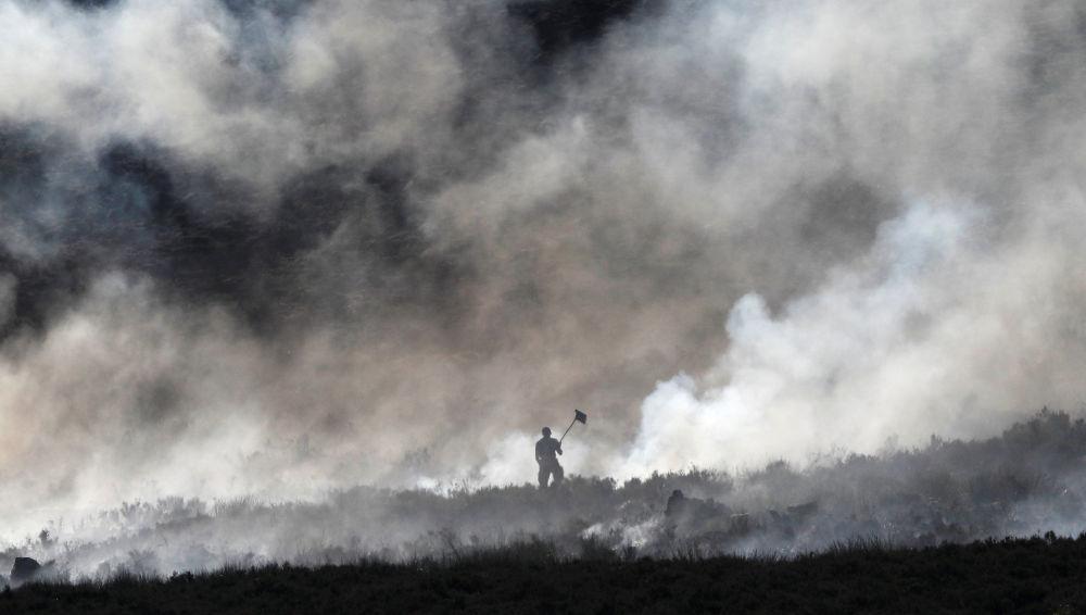 Extinção de fogo em um pântano situado em Carrwood, Reino Unido