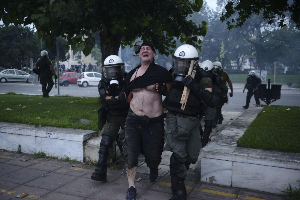 Policiais detêm um manifestante que participava de protestos na cidade de Salonica, Grécia