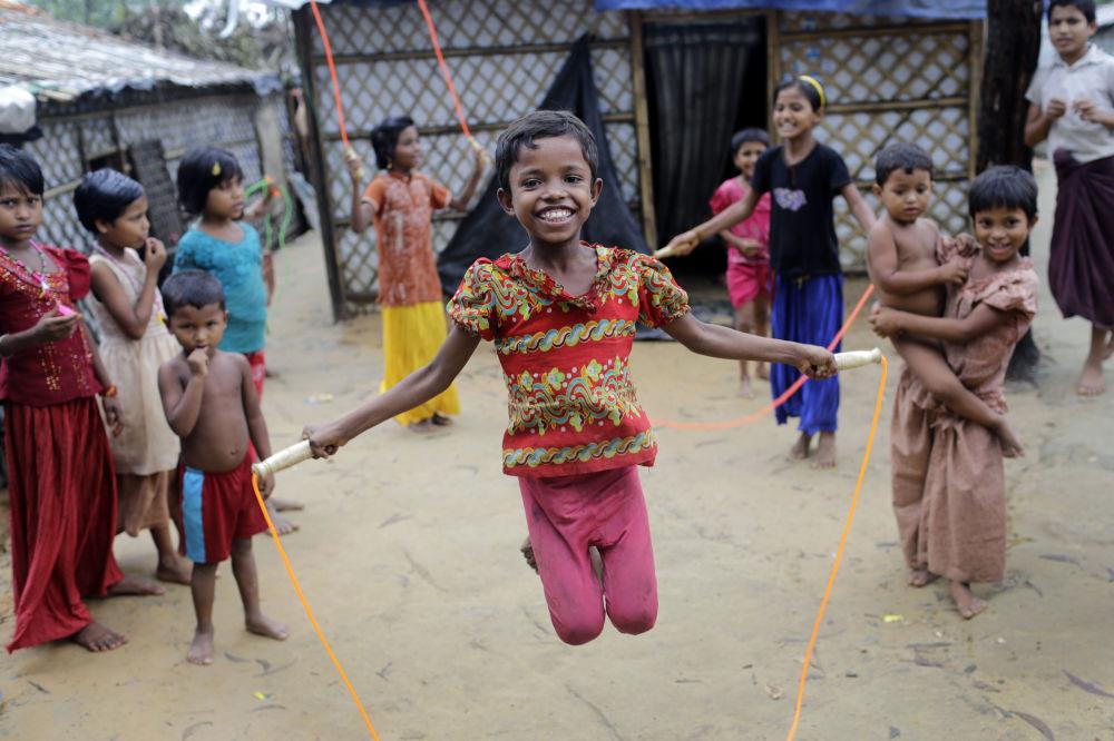 Meninos rohingya brincam com corda no campo de refugiados em Kutupalong, Bangladesh