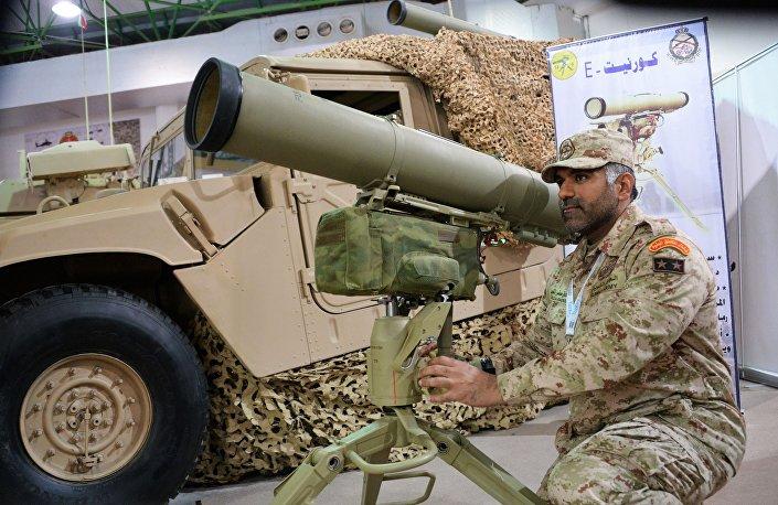 Militar do exército kuwaitiano junto ao sistema móvel de mísseis antitanque Kornet-E, na versão de exportação, durante a exposição internacional de armamentos Gulf Defence & Aerospace 2017, no Kuwait
