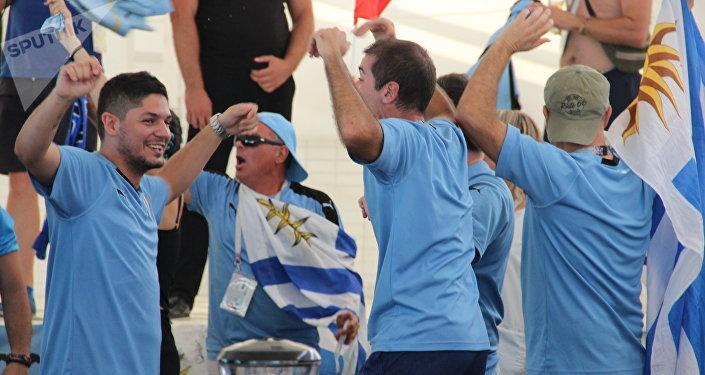 Torcedores assistem ao jogo França-Argentina perto do estádio Fisht, em 30 de junho de 2018