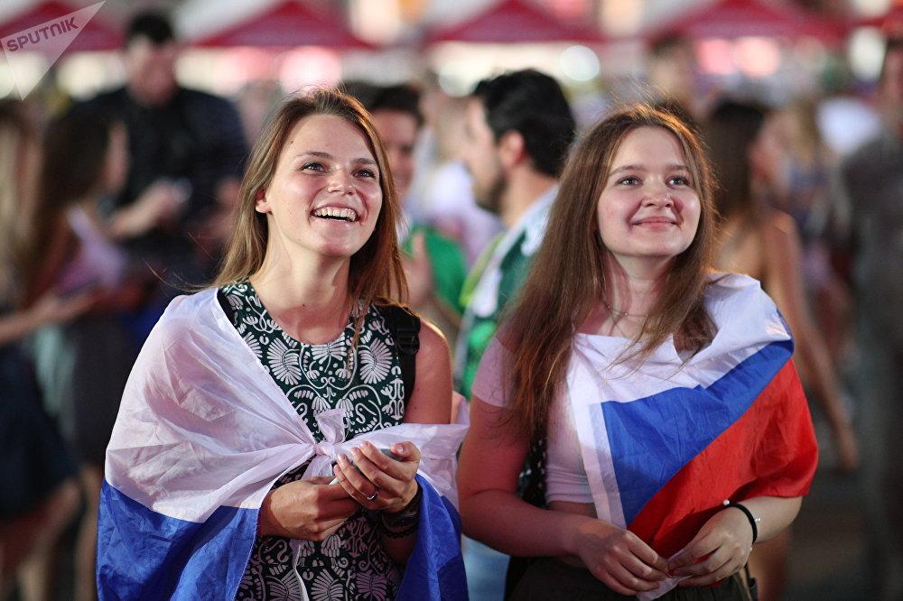 Torcedoras russas festejando em Moscou a classificação da seleção nacional para as quartas de final da Copa do Mundo