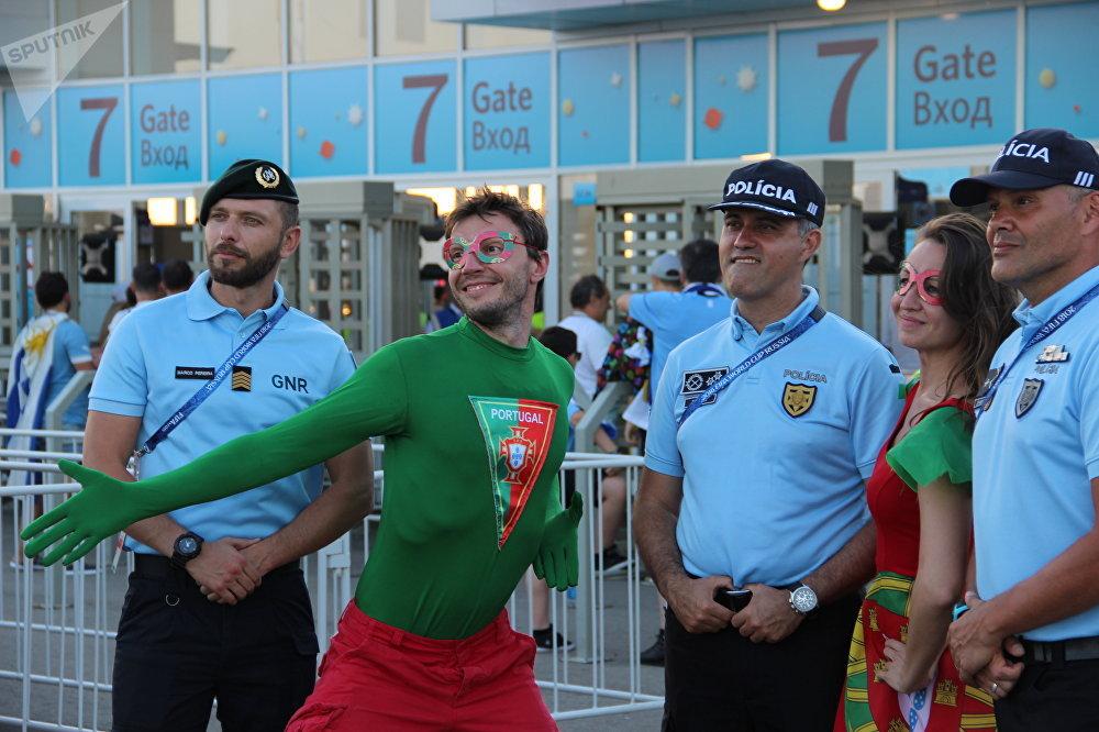 Uliana e Andrei, torcedores russos da Seleção Portuguesa, tiram fotos com policiais lusos antes da partida Portugal-Uruguai, em Sochi, em 30 de junho de 2018