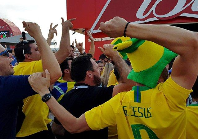 Torcedores brasileiros gritando na FIFA FAN FEST em Samara