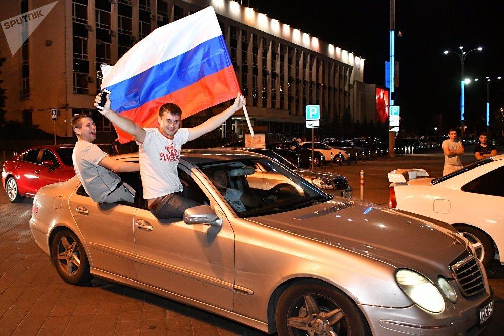 Torcedores russos em Krasnodar festejando a classificação da seleção russa para as quartas de final do Mundial FIFA 2018