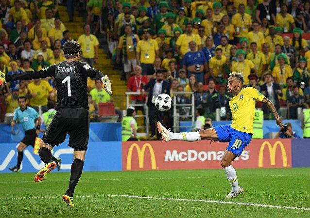 Neymar tenta dar um chapéu no goleiro Stojkovic, da Sérvia, na última rodada do grupo E da Copa do Mundo 2018