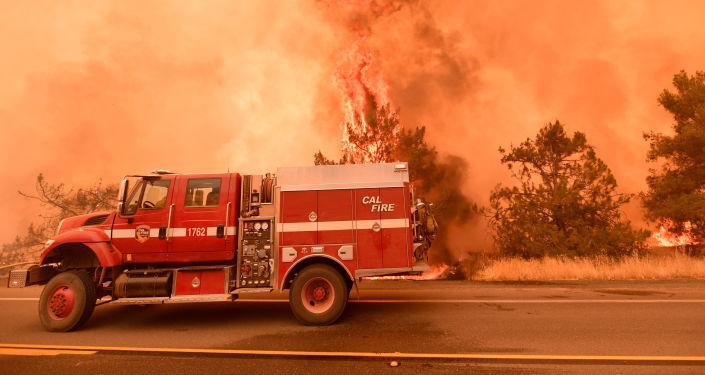 Bombeiros tentando estabelecer controle sobre incêndio florestal, Califórnia