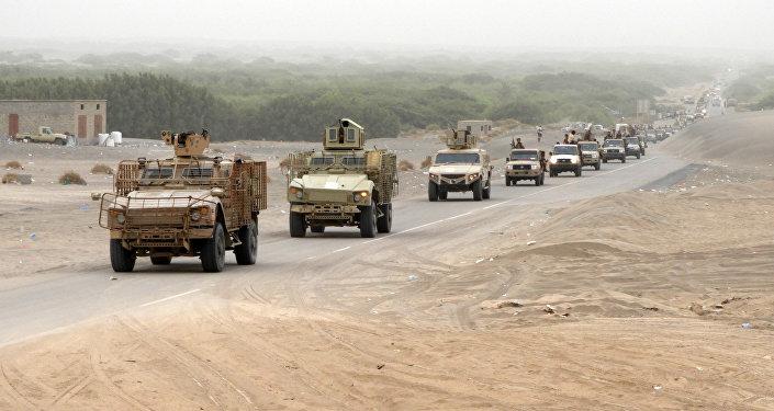 Uma coluna de forças iemenitas pró-governo e veículos blindados chega ao distrito de al-Durayhimi.