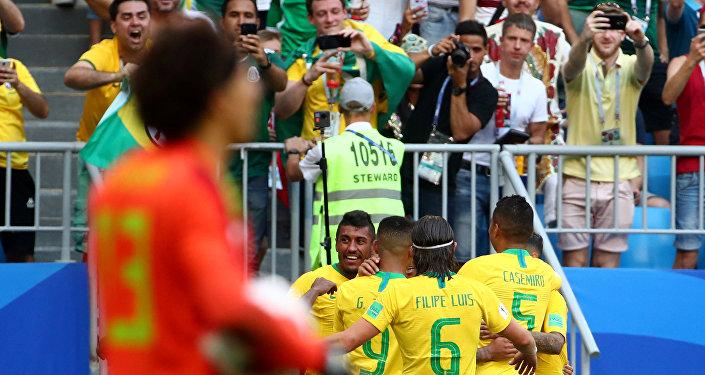 Brasil comemora primeiro gol contra o México