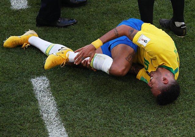 Neymar no chão após uma colisão durante partida das oitavas de final da Copa do Mundo 2018 entre Brasil e México em Samara, na Rússia
