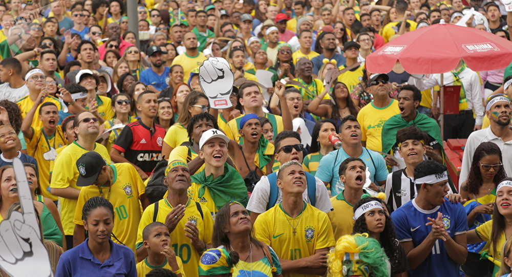 Alegria e reverência dão a cara da torcida brasileira nas oitavas da Copa 29552e7a87d1a